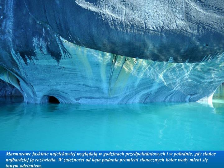 Marmurowe jaskinie najciekawiej wyglądają w godzinach przedpołudniowych i w południe, gdy słońce najbardziej ją rozświetla. W zależności od kąta padania promieni słonecznych kolor wody mieni się innym odcieniem.