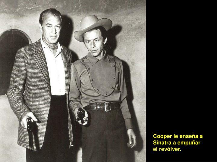 Cooper le enseña a Sinatra a empuñar el revólver.