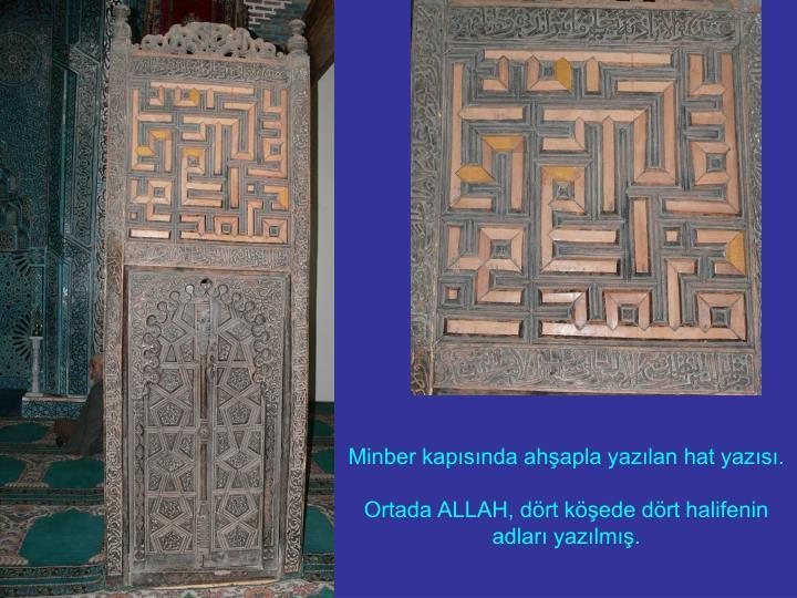 Minber kapısında ahşapla yazılan hat yazısı.