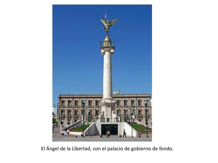 El Ángel de la Libertad, con el palacio de gobierno de fondo.