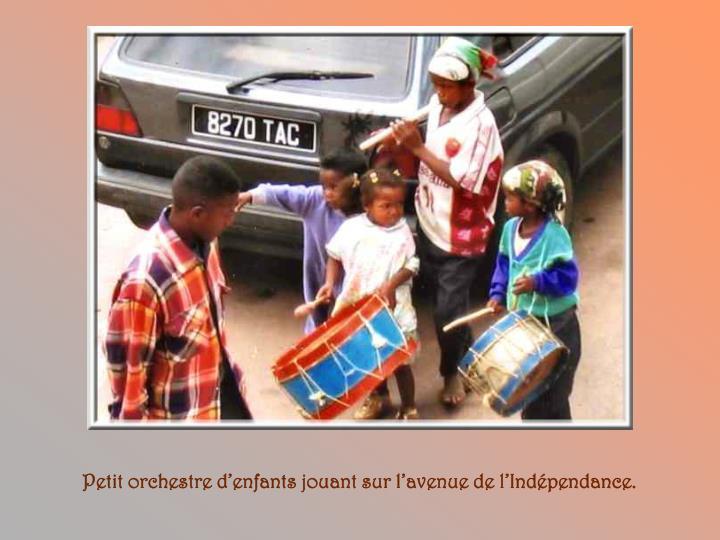 Petit orchestre d'enfants jouant sur l'avenue de l'Indépendance.