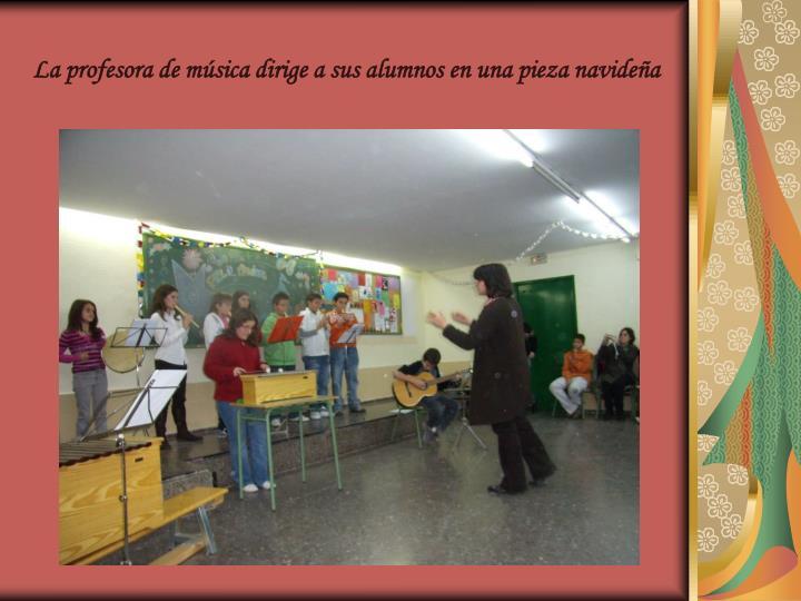 La profesora de música dirige a sus alumnos en una pieza navideña