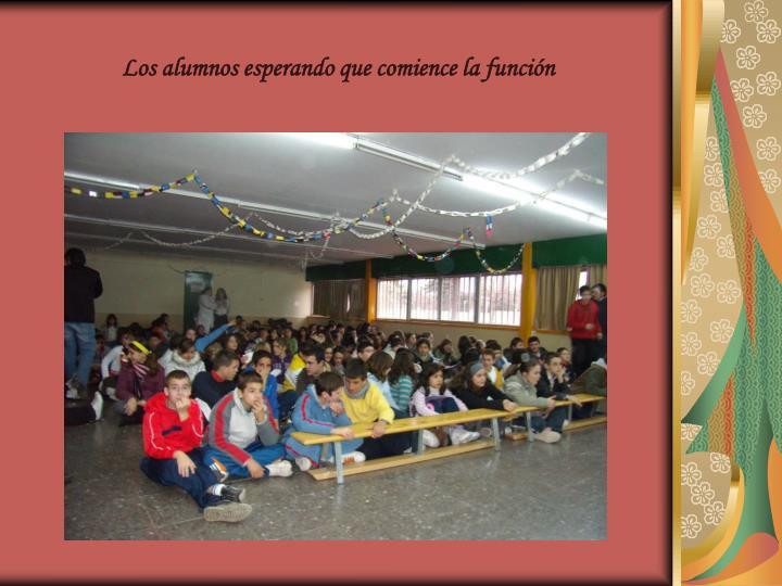Los alumnos esperando que comience la función