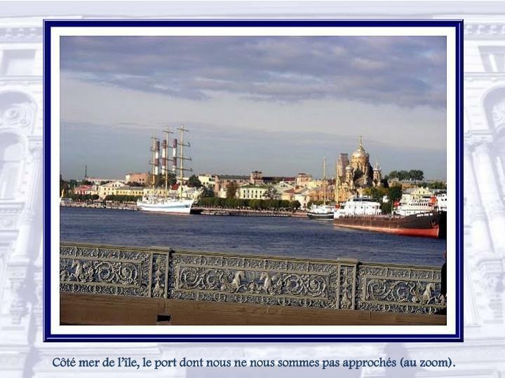 Côté mer de l'île, le port dont nous ne nous sommes pas approchés (au zoom).