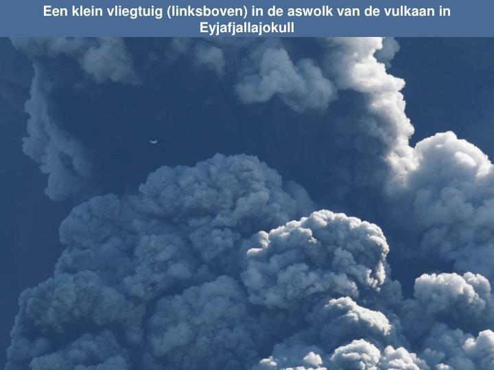 Een klein vliegtuig (linksboven) in de aswolk van de vulkaan in Eyjafjallajokull