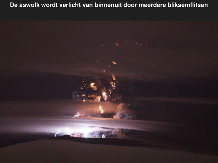 De aswolk wordt verlicht van binnenuit door meerdere bliksemflitsen