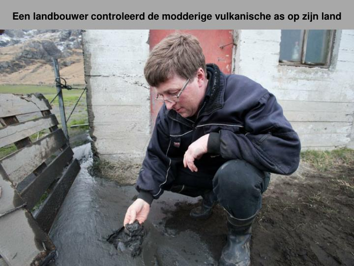 Een landbouwer controleerd de modderige vulkanische as op zijn land