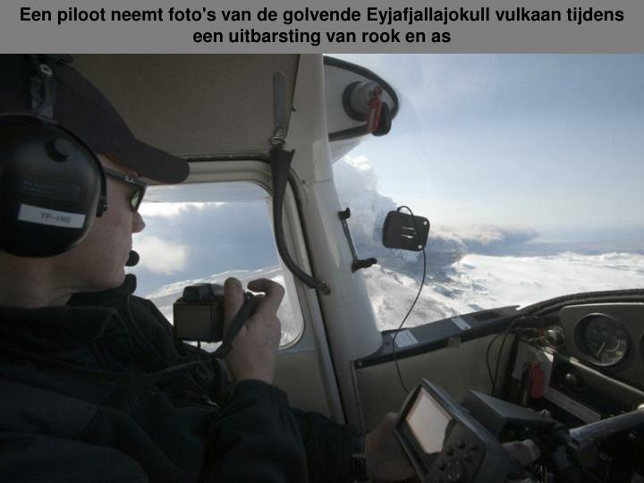 Een piloot neemt foto's van de golvende Eyjafjallajokull vulkaan tijdens een uitbarsting van rook en as