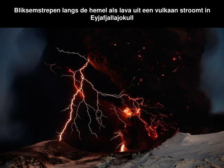 Bliksemstrepen langs de hemel als lava uit een vulkaan stroomt in Eyjafjallajokull
