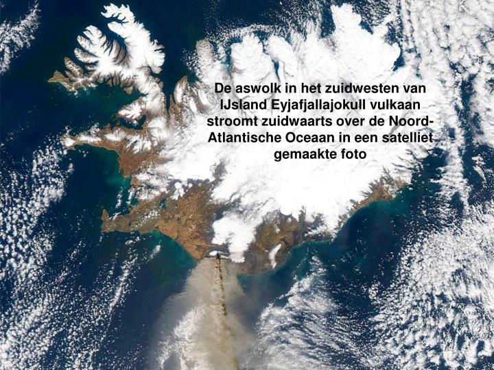 De aswolk in het zuidwesten van IJsland Eyjafjallajokull vulkaan stroomt zuidwaarts over de Noord-Atlantische Oceaan in een satelliet gemaakte foto