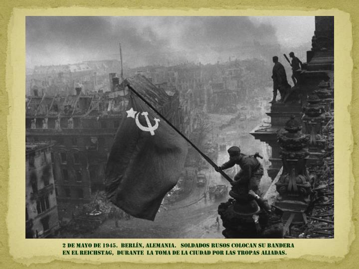 2 de mayo DE 1945.  Berlín, Alemania.   soldados rusos colocan su bandera                                          en el Reichstag,  durante  la toma de la ciudad por las tropas aliadas.