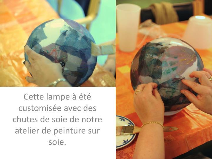 Cette lampe à été customisée avec des chutes de soie de notre atelier de peinture sur soie.