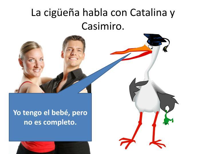 La cigüeña habla con Catalina y Casimiro.