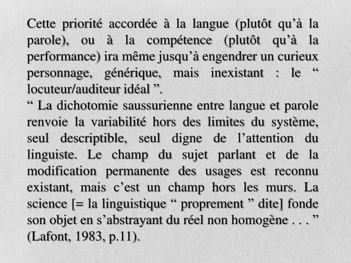 """Cette priorité accordée à la langue (plutôt qu'à la parole), ou à la compétence (plutôt qu'à la performance) ira même jusqu'à engendrer un curieux personnage, générique, mais inexistant : le """" locuteur/auditeur idéal """"."""