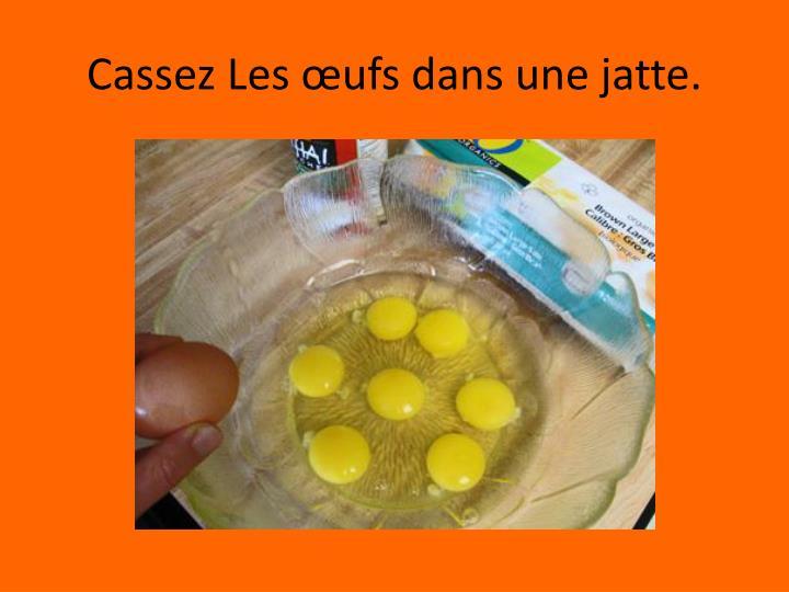 Cassez Les œufs dans une jatte.