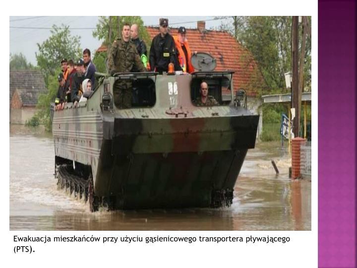 Ewakuacja mieszkańców przy użyciu gąsienicowego transportera pływającego (PTS