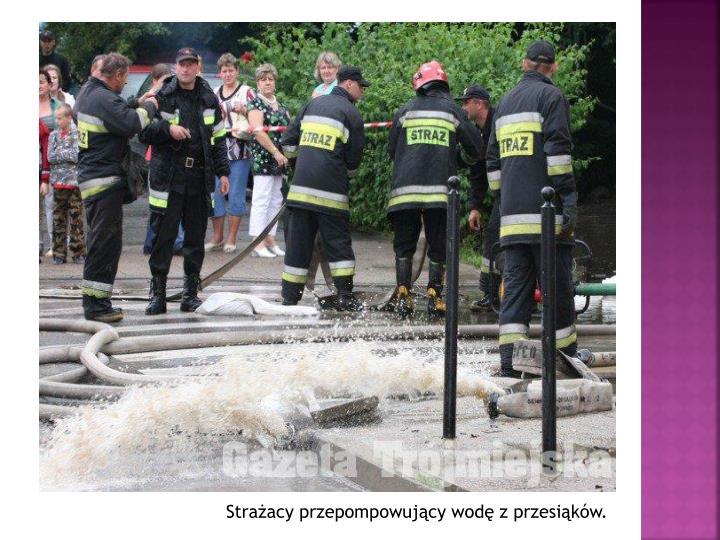 Strażacy przepompowujący wodę z przesiąków.