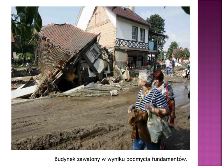 Budynek zawalony w wyniku podmycia fundamentów.
