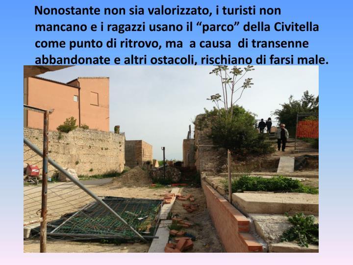 """Nonostante non sia valorizzato, i turisti non mancano e i ragazzi usano il """"parco"""" della Civitella come punto di ritrovo, ma  a causa  di transenne abbandonate e altri ostacoli, rischiano di farsi male."""