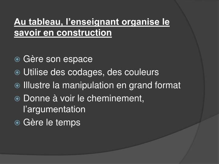 Au tableau, l'enseignant organise le savoir en construction