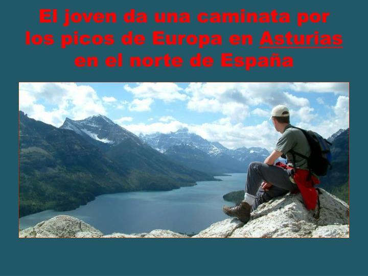 El joven da una caminata por los picos de Europa en