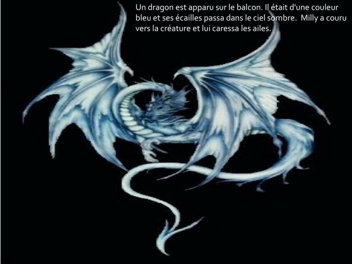 Un dragon est apparu sur le balcon. Il était d'une couleur bleu et
