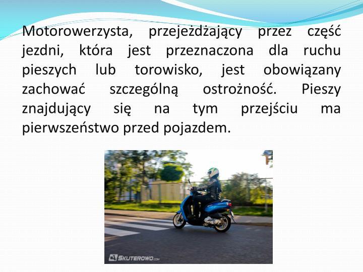 Motorowerzysta, przejeżdżający przez część jezdni, która jest przeznaczona dla ruchu pieszych lub
