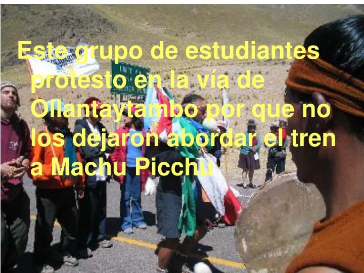 Este grupo de estudiantes protesto en la vía de Ollantaytambo por que no los dejaron abordar el tren a Machu Picchu
