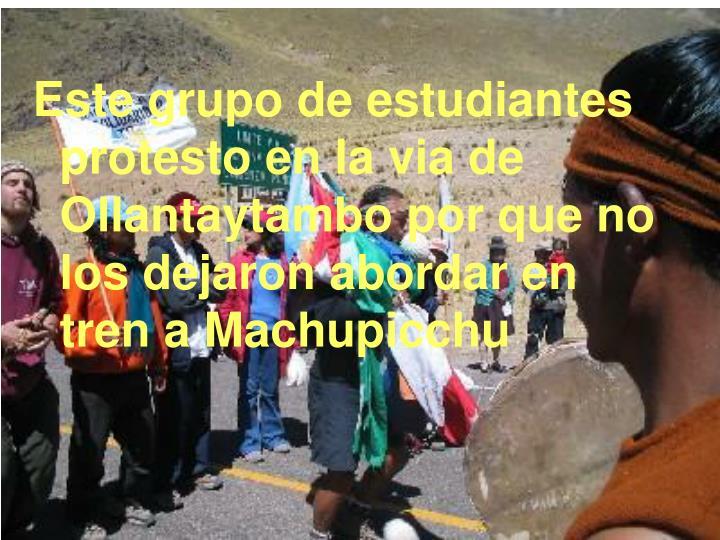 Este grupo de estudiantes protesto en la via de Ollantaytambo por que no los dejaron abordar en tren a Machupicchu