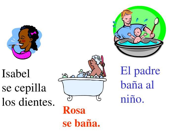 El padre baña al niño.