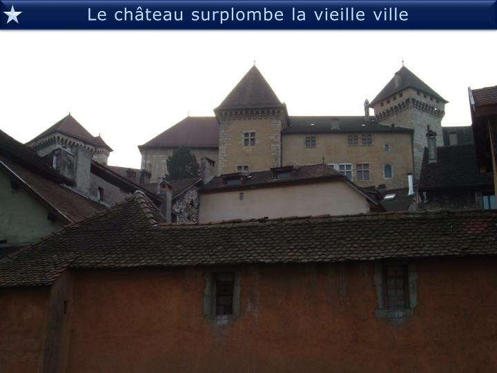 Le château surplombe la vieille ville