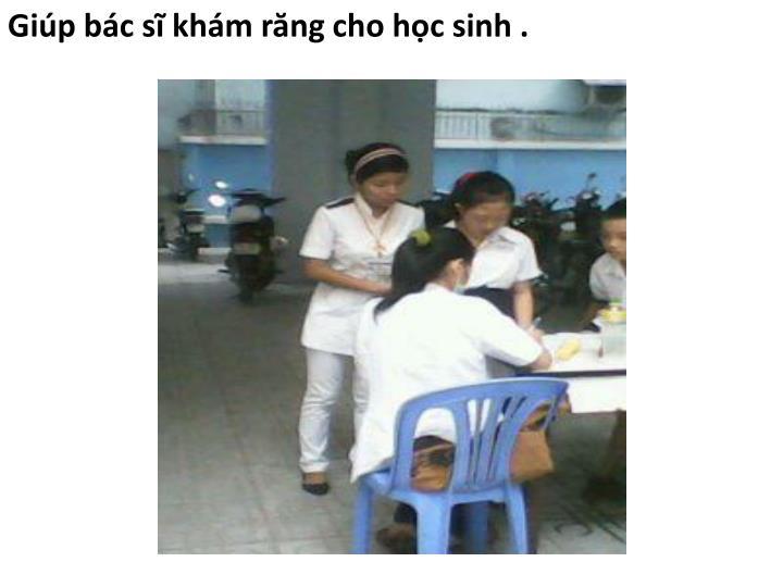 Giúp bác sĩ khám răng cho học sinh .