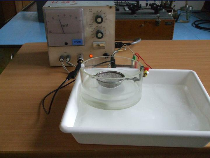 nádobu položíme na led – tím dojde k ochlazení kruhové elektrody