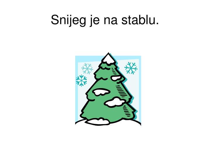 Snijeg je na stablu.