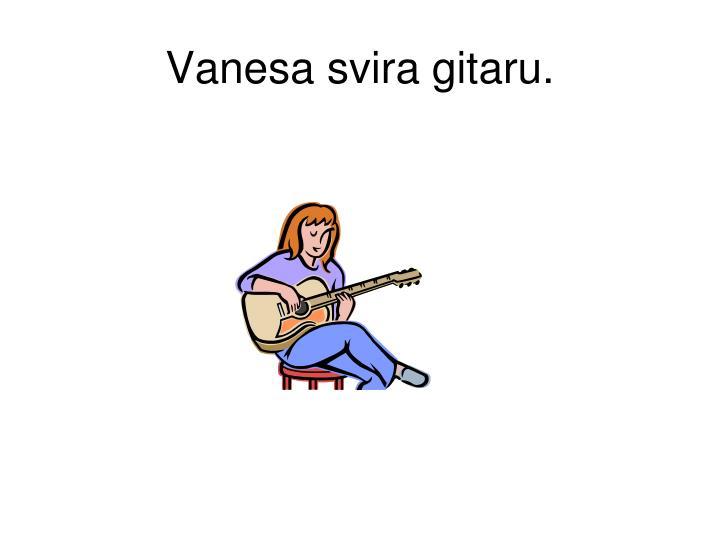 Vanesa svira gitaru.