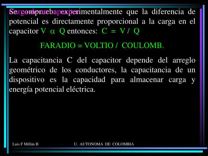 Se comprueba experimentalmente que la diferencia de potencial es directamente proporcional a la carga en el capacitor