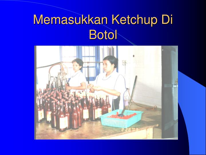 Memasukkan Ketchup Di Botol