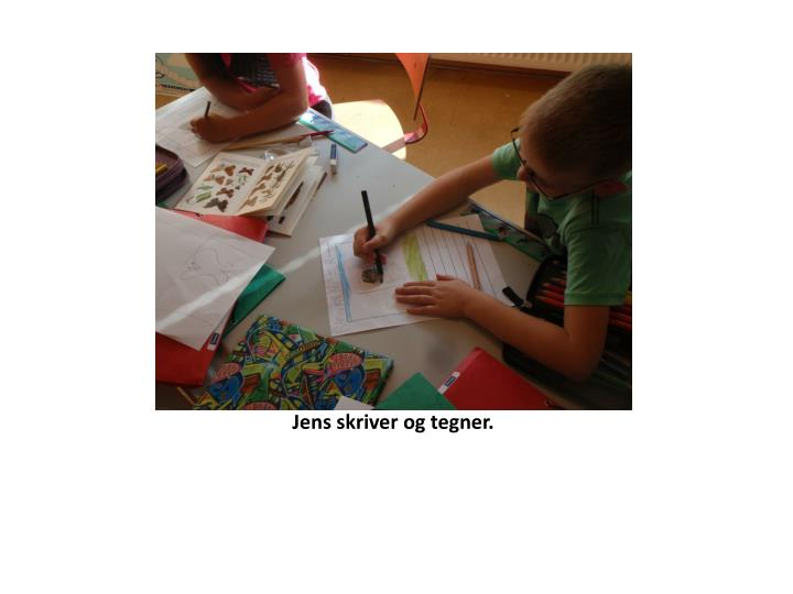 Jens skriver og tegner.