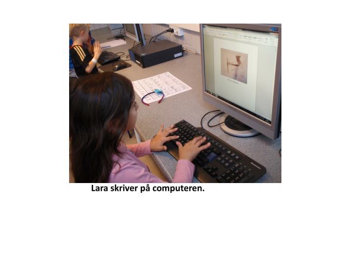 Lara skriver på computeren.