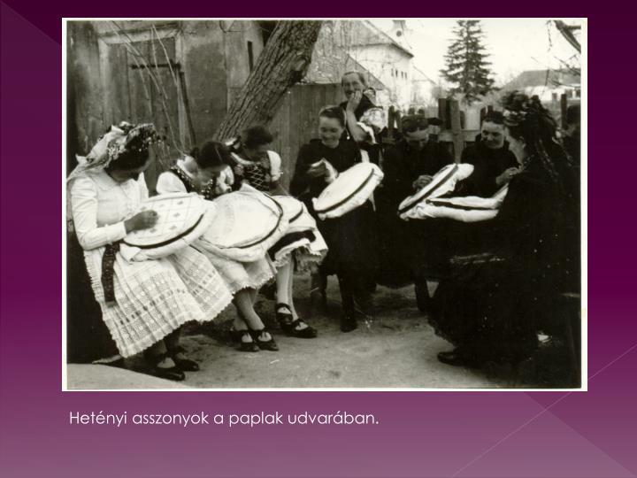 Hetényi asszonyok a paplak udvarában.