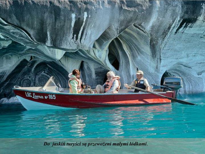 Do  jaskiń turyści są przewożeni małymi łódkami