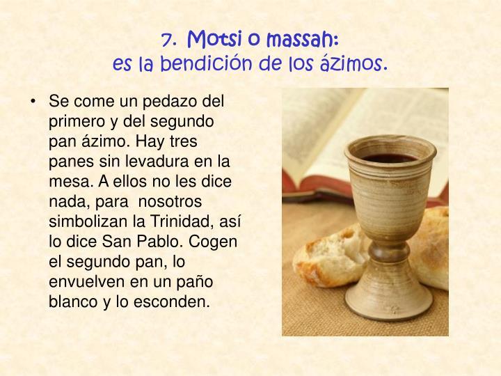 Se come un pedazo del primero y del segundo pan ázimo. Hay tres panes sin levadura en la mesa. A ellos no les dice nada, para  nosotros simbolizan la Trinidad, así lo dice San Pablo. Cogen el segundo pan, lo envuelven en un paño blanco y lo esconden.
