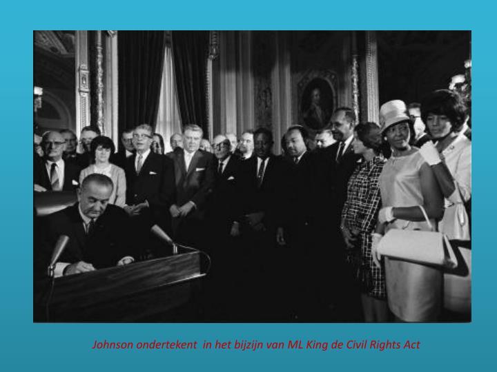 Johnson ondertekent  in het bijzijn van ML King de