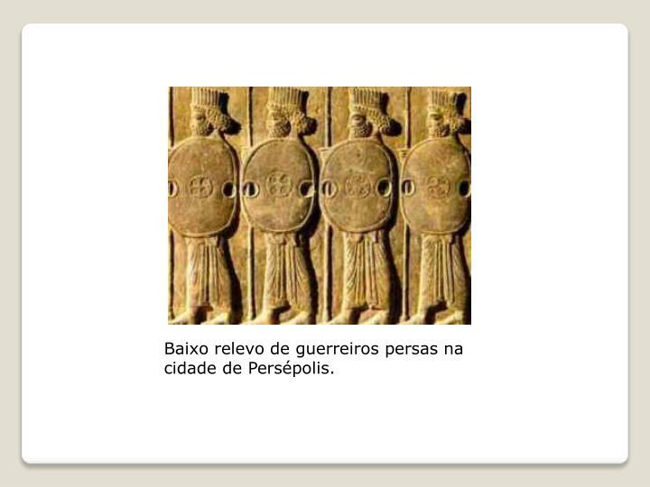 Baixo relevo de guerreiros persas na cidade de