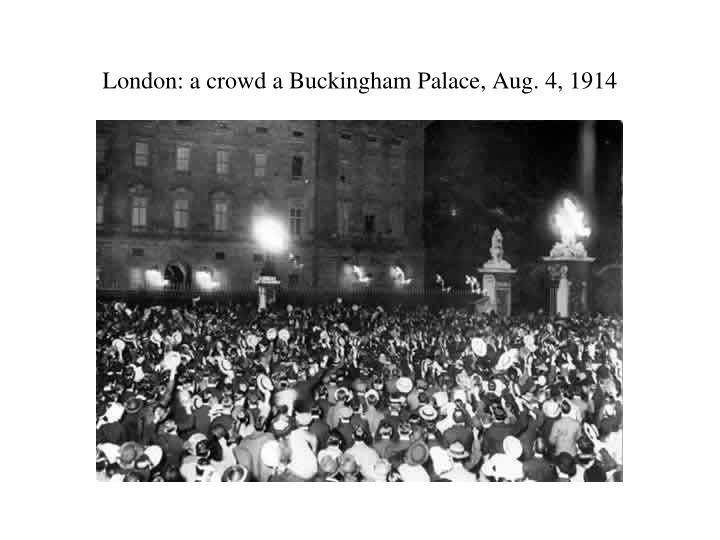 London: a crowd a Buckingham Palace, Aug. 4, 1914