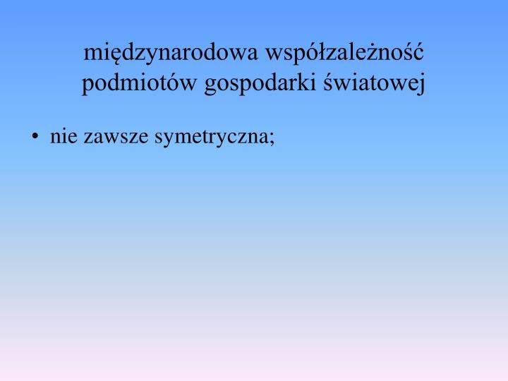 nie zawsze symetryczna;