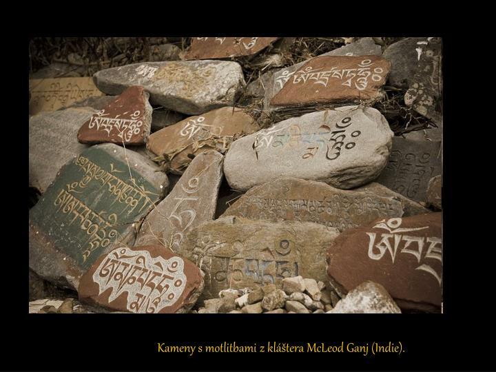 Kameny s motlitbami z kláštera McLeod Ganj (Indie).